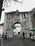 Avant de rentrer dans le Château Saint-Georges